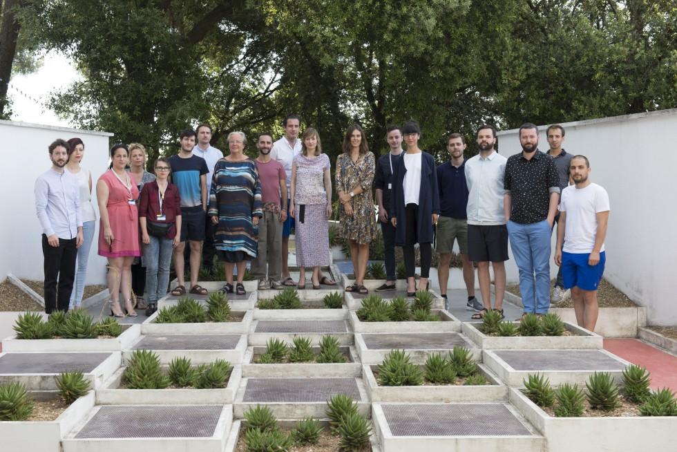 Les membres du jury et les 10 designers sélectionnés dans le jardin Gabriel Guévrékian de la villa Noailles.